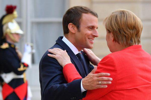 马克龙迎接默克尔来访 亲密拥抱喜笑颜开