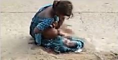 印度少女街头生产