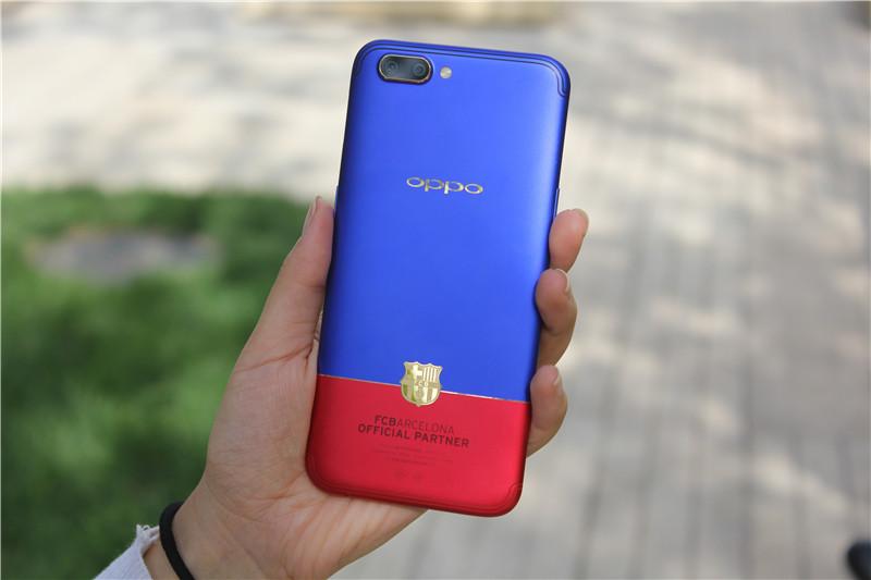 OPPO R11巴萨限量版的红蓝撞色设计,沉稳内敛与热情活力并存,冷暖色调搭配形成的视觉效果,既有强烈的冲击力,又不会形成攻击感,时髦又高级。