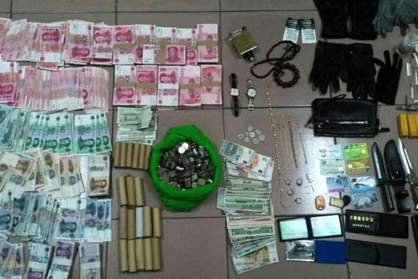 男子进高档小区偷盗50起 妻帮其销赃