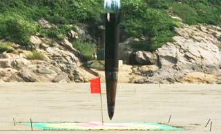 韩国公开两款弹道导弹试射画面 演示穿地攻击