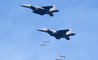 韩国空军出动4架F-15K战机 进行实弹轰炸演习