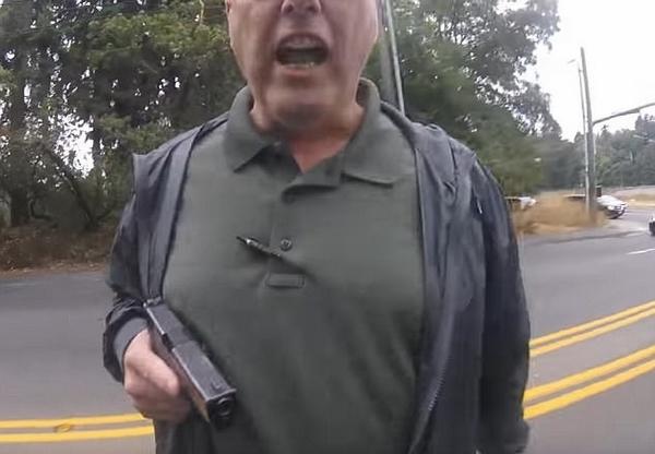美警察枪指摩托车司机 疑滥用职权被停职