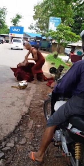 缅甸两僧侣当街大打出手 互扯僧袍引路人围观