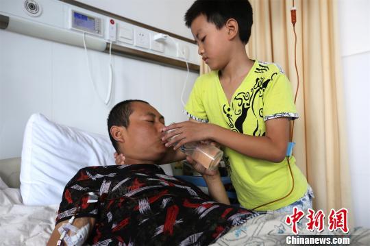 """父亲患肿瘤母亲患白血病 湖北襄阳男孩祈求""""留一个"""""""