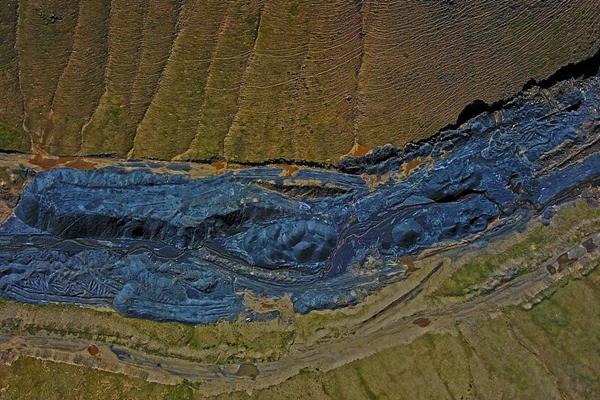 矿点被叫停后,这里仍污染着三江源头