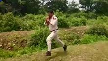 印度警察徒手将20斤炸弹带离学校
