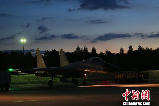 海军自主培养新型战机飞行员完成首次夜航单飞