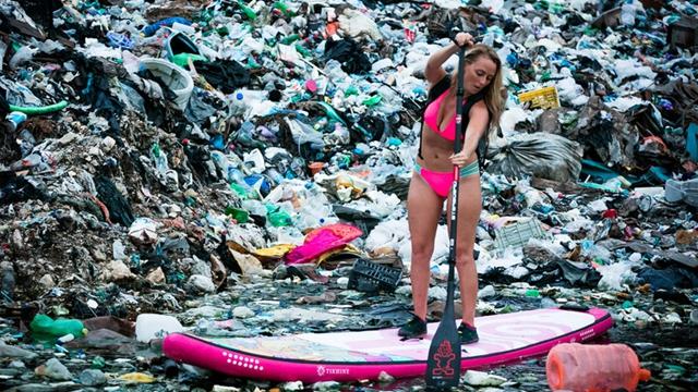 美国女子在墨西哥垃圾中冲浪 呼吁环保