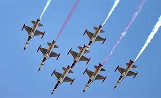 土耳其女飞官领衔飞行队在俄表演