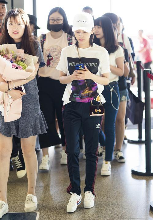 王子文笑容太暖!极简运动风身现机场与粉丝聊天