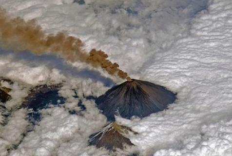 俄最高活火山爆发 火山灰太空清晰可见