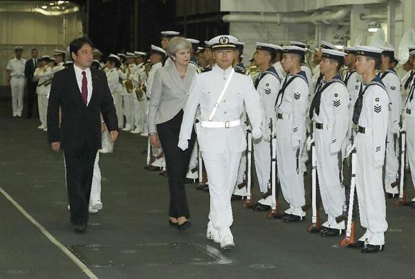 """英国首相访日登上自卫队""""出云""""号航母参观"""