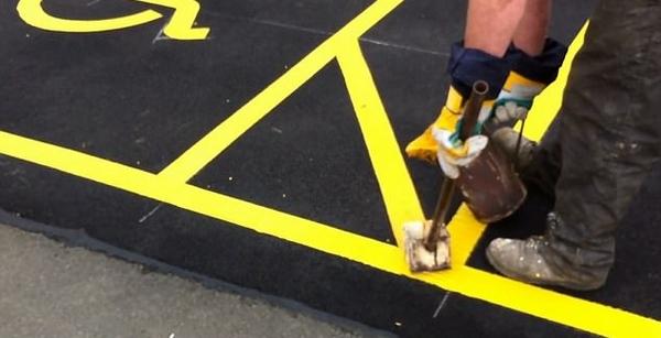 英标线工停车场内花式炫技 手法稳健惊呆众人