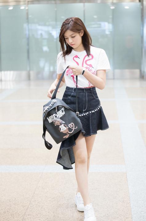 """陈妍希""""学生气""""现身机场 白T编发显俏皮"""