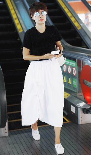 辣妈马伊琍黑白装现身机场 少女感十足