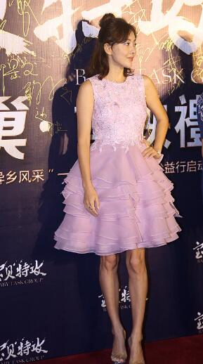 45岁牛莉暴瘦惊现麻杆腿 蓬蓬裙粉嫩超减龄