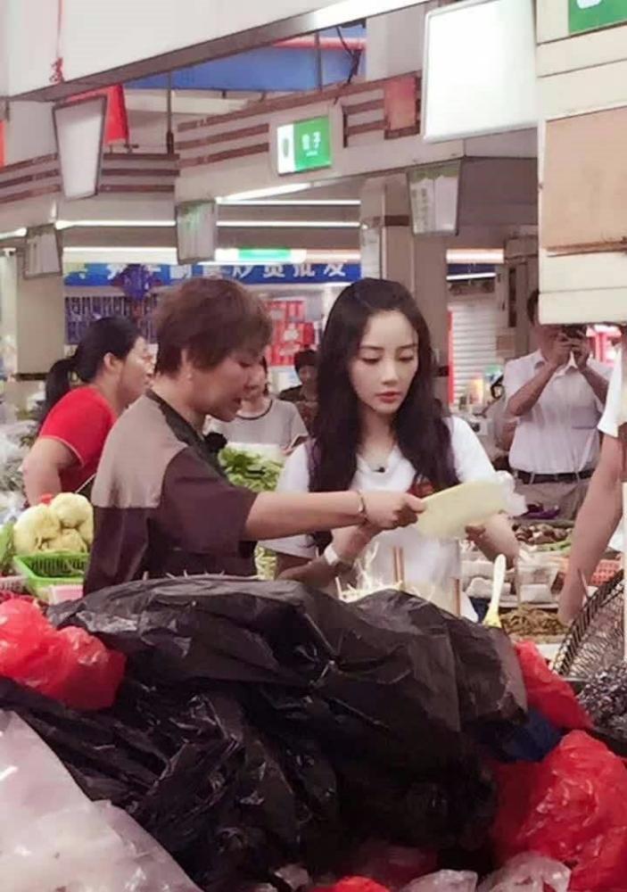 李小璐现身菜市场 旁边的李静发福认不出