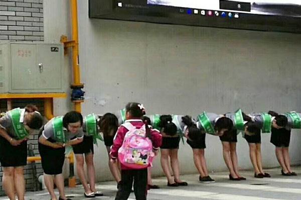 贵阳一小学老师给学生鞠躬敬礼被指作秀