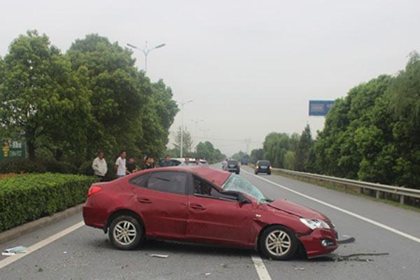 女司机错把油门当刹车致车辆在路上翻滚