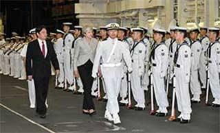 英国首相登日本最大军舰访问