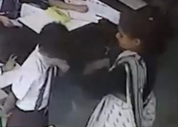 印度一男生因未签到遭女教师2分钟内怒扇40耳光