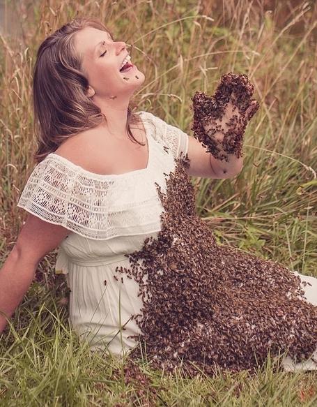 新奇!美养蜂女子与2万只蜜蜂一起拍摄孕照