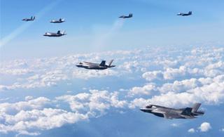 美军F-35战机与战略轰炸机同赴半岛军演