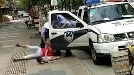 警察绊摔抱娃女子 涉事民警被停职