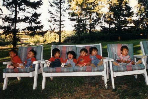 美媒:7个美国家庭收养7名中国女孩 20年友谊长存