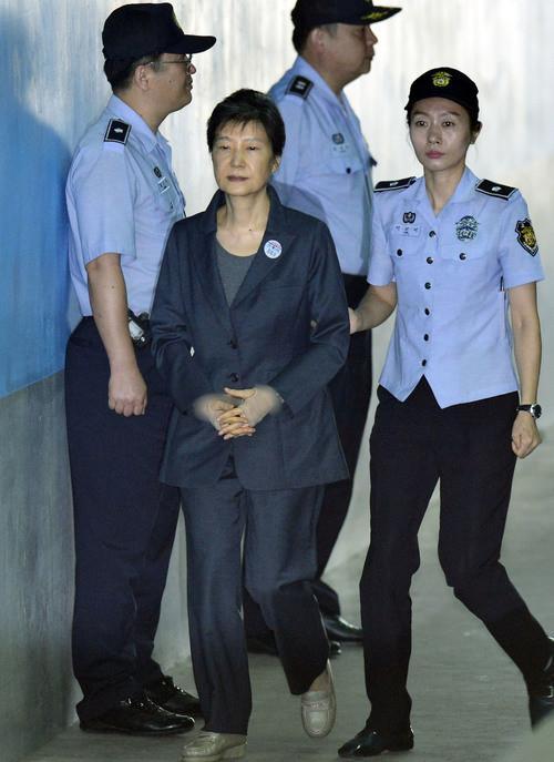 憔悴!朴槿惠出院3天2次受审 闭眼走路困到不行