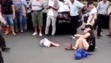 痛心!女子载娃骑车被撞飞 事后忍痛爬向小孩
