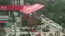 巨型广告牌闹市倒塌 多辆汽车被砸扁