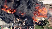 美国一化工厂受飓风影响爆炸