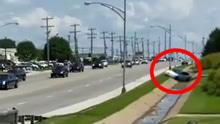 特朗普车队后方树丛突然冲出白色轿车