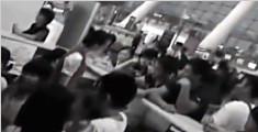 """南宁:家长不满航班改签 让孩子""""闹机场"""""""