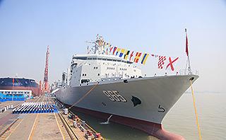 中国新型综合补给舰首舰交接入列