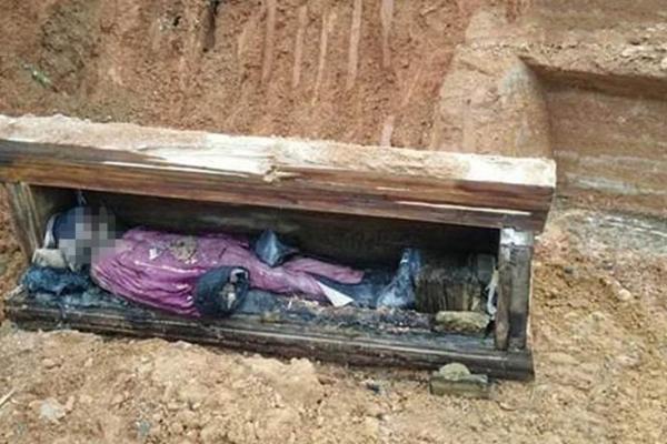 工地挖出明清棺木 遗体完好面容可辨