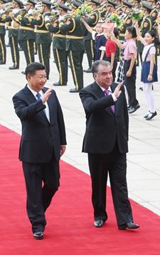 8月31日,习近平与塔吉克斯坦总统拉赫蒙举行会谈。