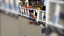 男子骑车避让行人摔倒侧翻 致头卡护栏