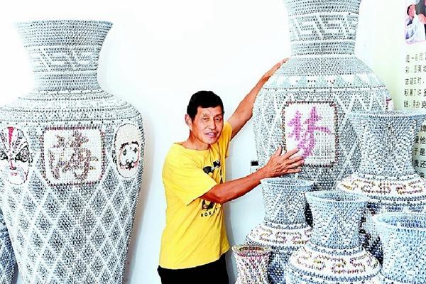 男子用扑克折花瓶 1只花瓶用5000张牌