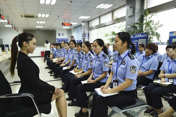 """南京""""警花""""进行专业礼仪训练"""