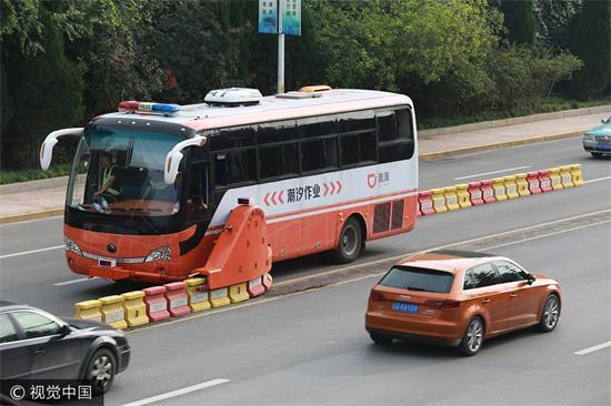 """山东首现""""拉链车"""" 自动设置潮汐车道"""