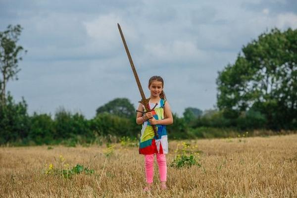英7岁女孩水池中捡到1米长剑 或属于亚瑟王