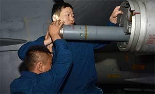 歼11战机如何装填火箭弹