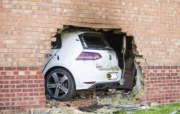 英男子驾车穿墙冲进民宅造成四人受伤