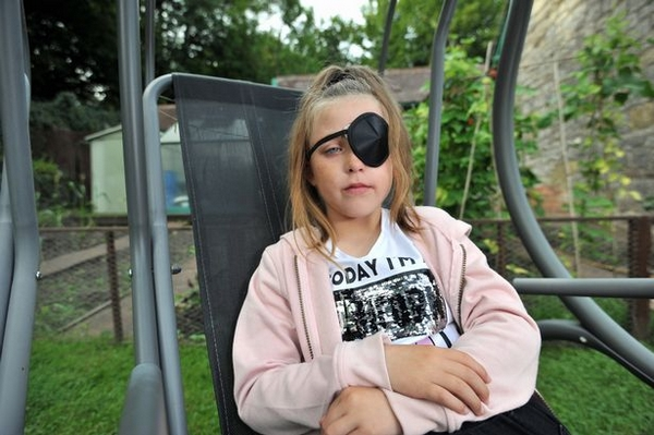 英8岁女孩遭同龄人攻击致左眼失明 警方无力惩凶
