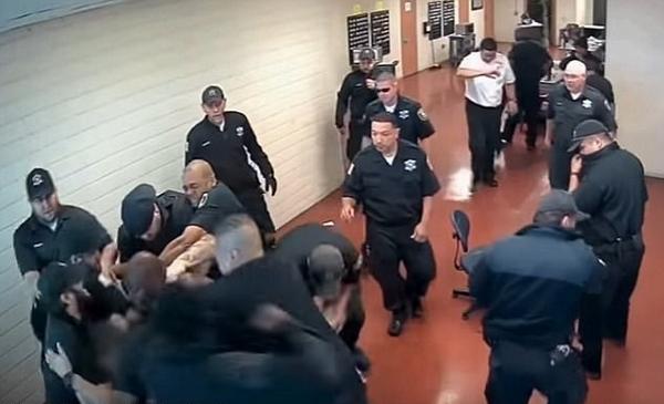 美囚犯无故袭警遭19名狱警回击被制服 场面火爆