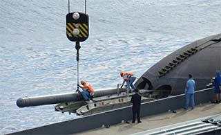 俄潜艇公开装填导弹被民众直播