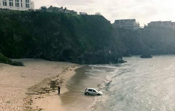 英司机酒后开车到海边 呼呼大睡后被潮水围困